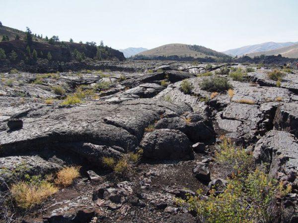 国定記念物なので、砕けた溶岩も持ち出し禁止