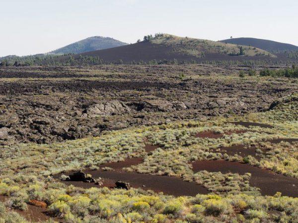 展望台より火山群と溶岩流を遠望