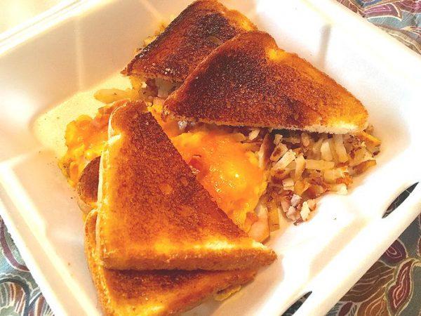 朝食のお弁当はバタートーストとハッシュポテト
