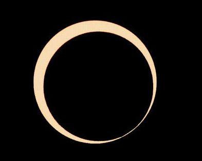 天空に浮かぶ黄金のリング(2010年1月15日、ミャンマー・マンダレーにて弊社撮影)